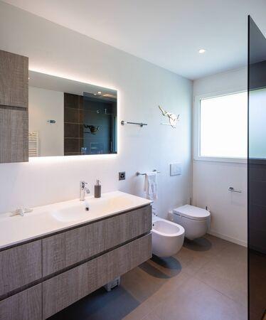 Interieur van een kleine en comfortabele badkamer in een huis. Stockfoto