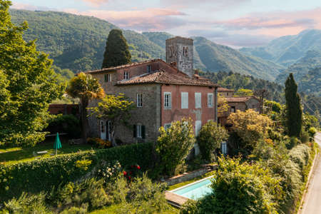 House or cottage in the middle of summer with a beautiful garden and swimming pool in Tuscany. The place is romantic and makes you dream. The shot was done with a drone. Italy always beautiful Standard-Bild