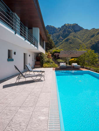 Modern two-story house with large pool overlooking the mountains. Two chaise lounges to enjoy the sun, two sunbeds and a large open umbrella to enjoy your vacation. Nobody inside Standard-Bild