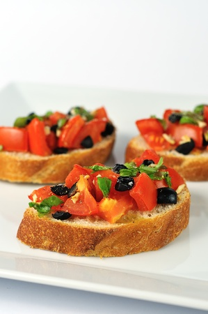 bruschetta traditionnelle savoureuse sur plaque blanche photo
