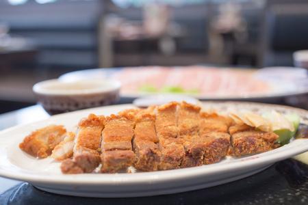 カリカリ豚皿の上の部分にカット 写真素材