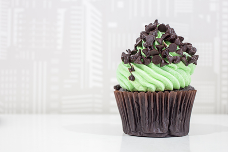 Green cupcakes with cream on top and Chocolate chip placed on the table Zdjęcie Seryjne