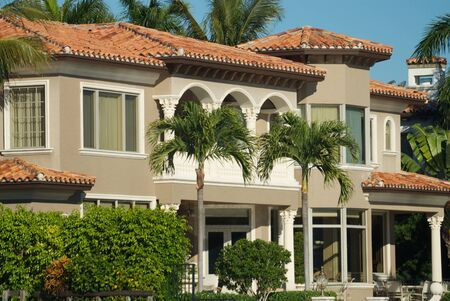 roof windows: Casa en Florida en el canal costanero, Boca Rat�n, Florida.