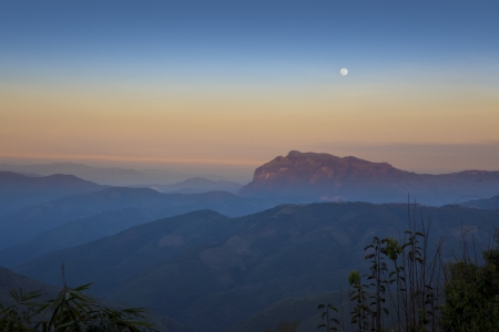 Lune, ciel bleu et orange, Luang Prabang, Laos Banque d'images
