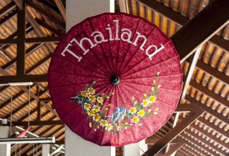 Belle parapluie avec le libell� du nom Tha�lande La Tha�lande est un pays d'Asie du Sud-Est avec une bonne nourriture, un climat tropical, culture fascinante et de grandes plages, la Tha�lande est un aimant pour les voyageurs du monde entier Banque d'images