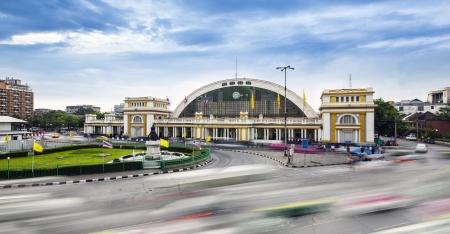 estacion de tren: El tráfico en la ciudad moderna, Bangkok céntrica estación de tren Hua Lamphong estación de tren de Tailandia Se trata de la principal estación de trenes en Bangkok, Tailandia Se encuentra en el centro de Bangkok Foto de archivo