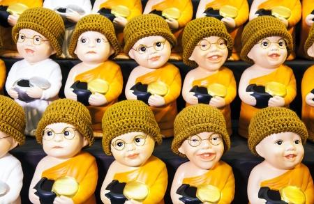 Poup�es moine peu � peu nonne Poup�es moine mignon et poup�es de nonne mignons avec bol � aum�nes, produit de la Tha�lande Banque d'images