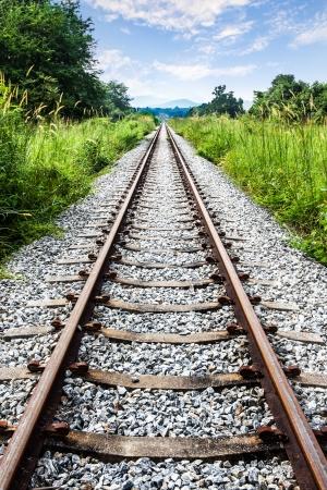 Les voies ferr�es avec l'herbe verte, la montagne et le ciel bleu, la Tha�lande Banque d'images