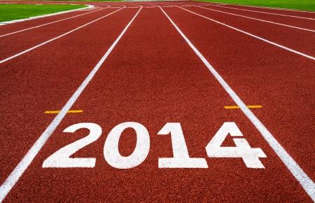 pista de atletismo: A�o Nuevo 2014 en pista corriente a�o nuevo concepto, principio, la competencia y el concepto objetivo, n�mero blanco sobre la nueva pista de atletismo con la hierba verde