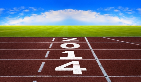 pista de atletismo: A�o nuevo, comienzo, la competencia y el concepto objetivo, n�mero blanco sobre nueva pista de atletismo con la hierba verde y el cielo azul Foto de archivo