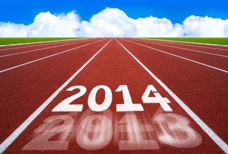 Nouvel An 2014 sur l'ex�cution concept de piste avec le ciel bleu Nouvel An, en commen�ant, la concurrence et le concept de but, nombre blanc sur la nouvelle piste de course avec l'herbe verte et de ciel bleu Banque d'images