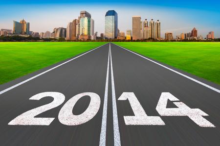 Route avec la ville moderne Nouvel An