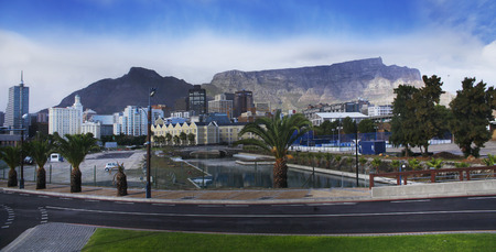 Table Mountain is a flat-topped mountain forming a prominent landmark of Cape Town Cape Town is the second largest city in South Africa and is the capital of the Western Cape Province  免版税图像
