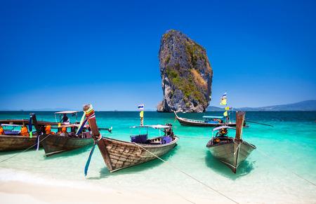 Barca sulla spiaggia dell'isola di Phuket, attrazione turistica in Thailandia Phuket è una calamita internazionale per gli amanti della spiaggia e gli amanti della subacquea nel Mare delle Andamane