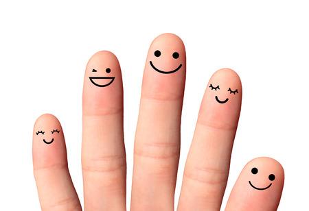 caritas pintadas: Amigos o la familia feliz, aislado con trazados de recorte sobre fondo blanco - mano feliz en el fondo blanco