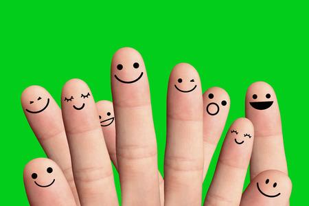 caritas pintadas: La gente feliz sobre fondo verde - concepto de la amistad