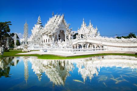 Wat Rong Khun of de witte tempel, Landmark in Chiang Rai, Thailand. -Dit Is een eigentijdse onconventionele boeddhistische tempel. Stockfoto