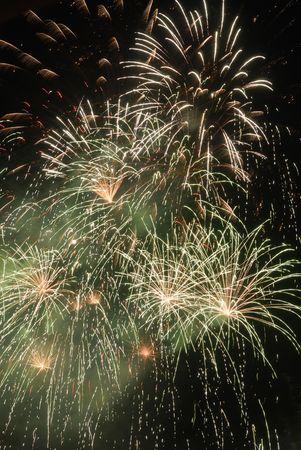 guy fawkes night: Verde y blanco de la explosi�n de fuegos artificiales