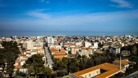 アブルッツォ州 Giulianova のイタリアの町の空撮。海を見渡すイタリアの町の空撮。 写真素材