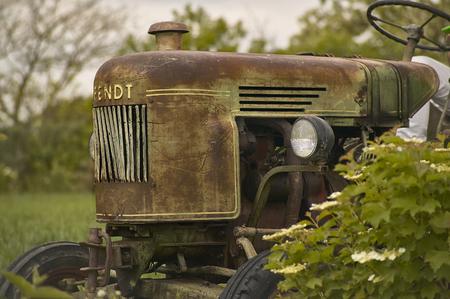 Vecchio trattore vintage usurato e con i segni del tempo in un campo pronto per unaltra dura giornata di lavoro