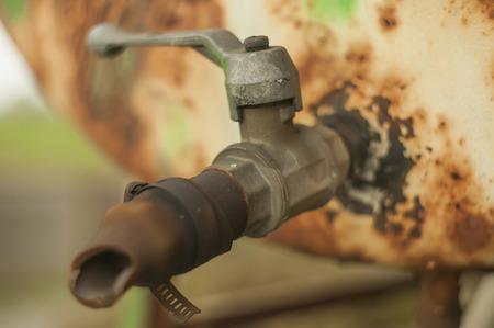 古いさびた鉄蛇口、天気や天候によって腐食します。