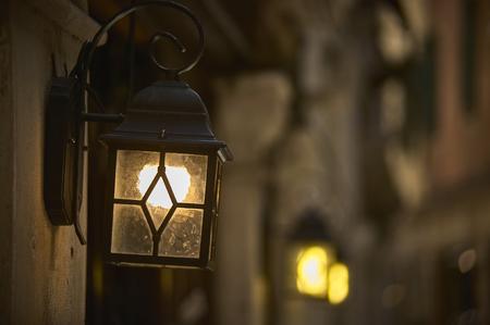 Small lantern for vintage city lighting. 版權商用圖片 - 90762440