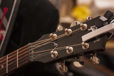 パレットとライブ コンサートで撮影したエレク トリック ギターの力学の詳細です。