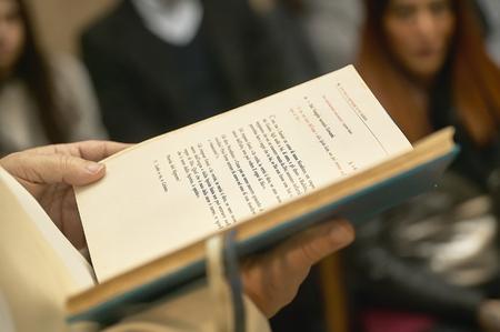 忠実な教会でカトリックのお祝いの間に司祭によって開催された福音書。