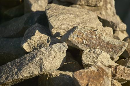 夕日によって照らされた岩のグループ:グラフィックプロジェクトの背景としての理想的な画像。 写真素材