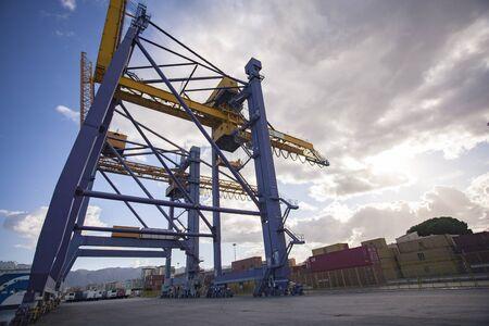 Kräne im Hafen von Palermo für den Umschlag von Frachtladungen