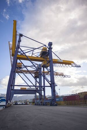 Cranes at the port of Palermo for handling cargo loads Banque d'images - 131824366