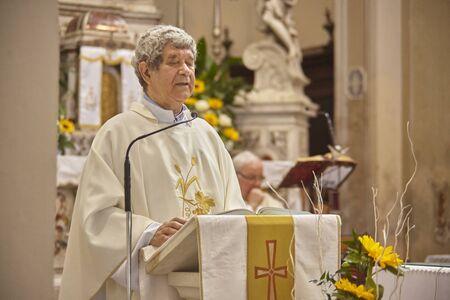 Priest celebrates the liturgy in a Catholic church in Italy Stockfoto