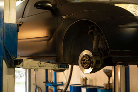 Automobile on overhead crane in the workshop for maintenance Banque d'images