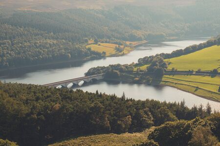 View of the Ladybower Reservoir, Ashopton Viaduct, and Crook Hill in the Derbyshire Peak District National Park, England, UK Stockfoto