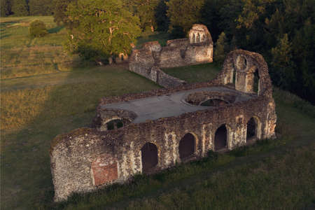 Aerial shot of Waverley Abbey Ruins in Surrey, England. Shot during Sunset using a drone in the middle of summer 免版税图像