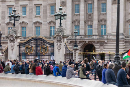Peaceful of anti mask protests outside Buckingham Palace Westminster in London 新闻类图片