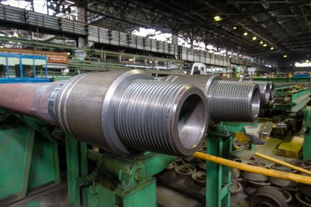 metall: Drill pipes are interconnected by means of tool joints with special lock thread.  Бурильные трубы соединяются между собой при помощи бурильных замков со специальной замковой Ñ