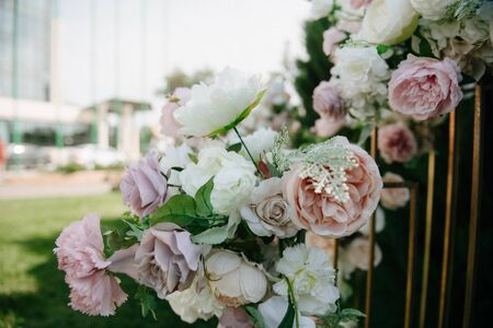 Dekoration und Dekoration einer Hochzeitszeremonie im Freien