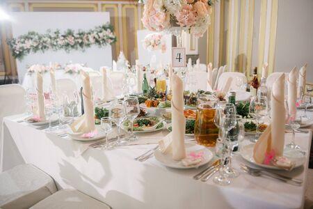 Tischdekoration am Hochzeitstag. Standard-Bild