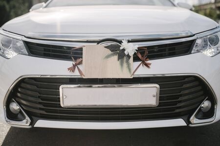 Wedding signs, decorations and accessories on the car. The plate on the bumper of the car Standard-Bild