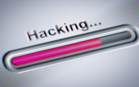 Processus de piratage sur un écran. Banque d'images - 72144817