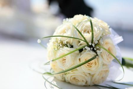 wedding bands: El hermoso ramo de la novia se ejecuta desde la luz rosas de color beige
