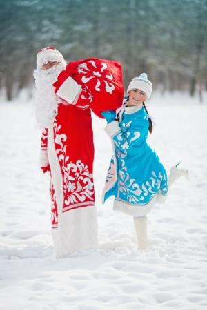 russian girls: Ruso Ded Moroz personajes navide�os Padre Frost y Snegurochka Snow Maiden con la bolsa de regalos Foto de archivo
