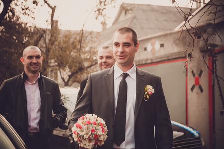 boda gay: Novio con mejores hombre y padrinos de ir a la novia en la boda. Reembolso de la novia. Costumbre rusa. Foto de archivo