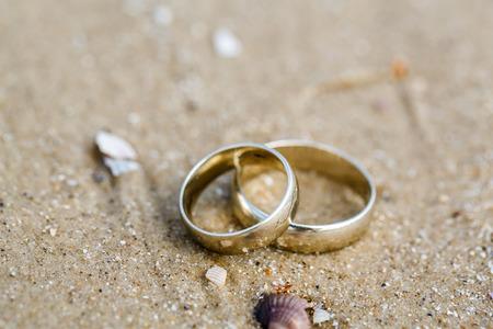 bodas de plata: Concepto de la boda - los anillos de boda encuentran en la arena