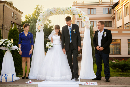 웨딩 커플, 들러리와 신부 들러리는 결혼식 중입니다