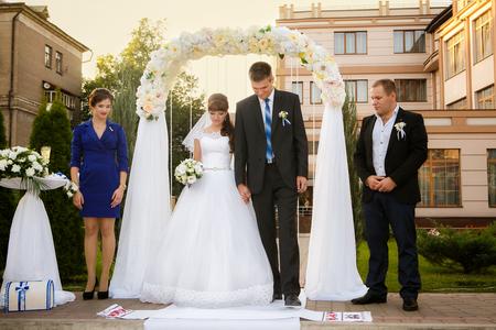 bruidspaar, stalknecht en bruidsmeisje zijn tijdens de huwelijksceremonie