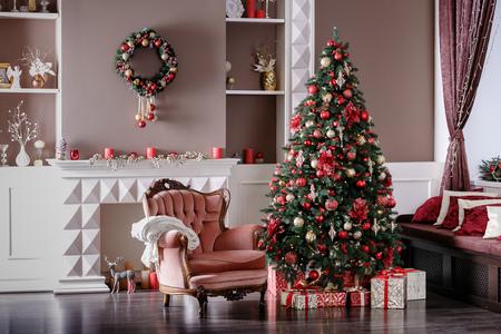 Imagen de chimenea y árbol de Navidad decorado con regalo