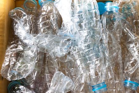 reciclable: Botellas de pl�stico de colores vac�os son reciclables