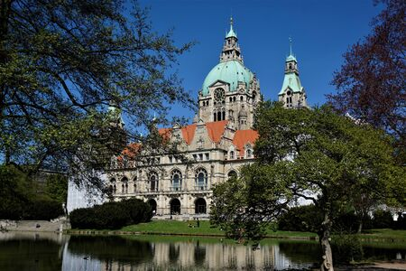 New Town Hall Hanover, Germany with lake and park Stockfoto